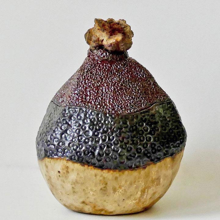 Céramique boîte sculptée triangulaire fleur de métal