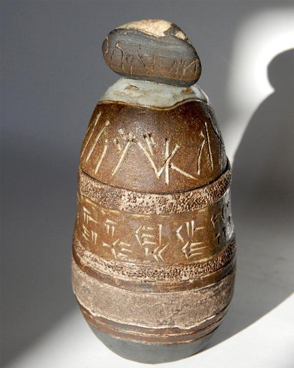 Boîte stèle céramiques écritures anciennes cunéiforme