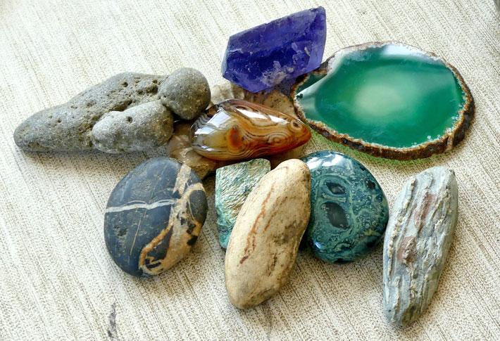 Céramique sculptée et pierres
