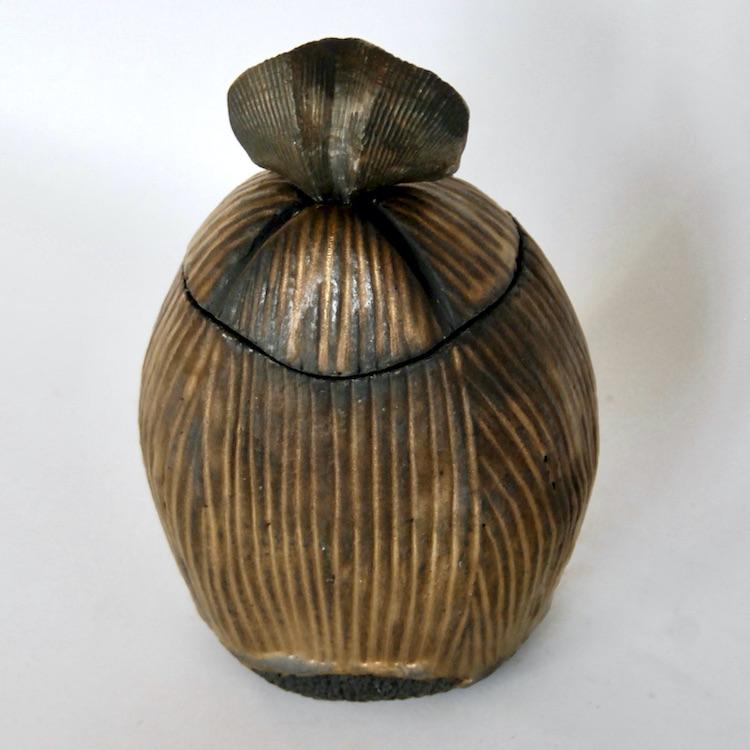 Céramique boîte sculptée fossile noir
