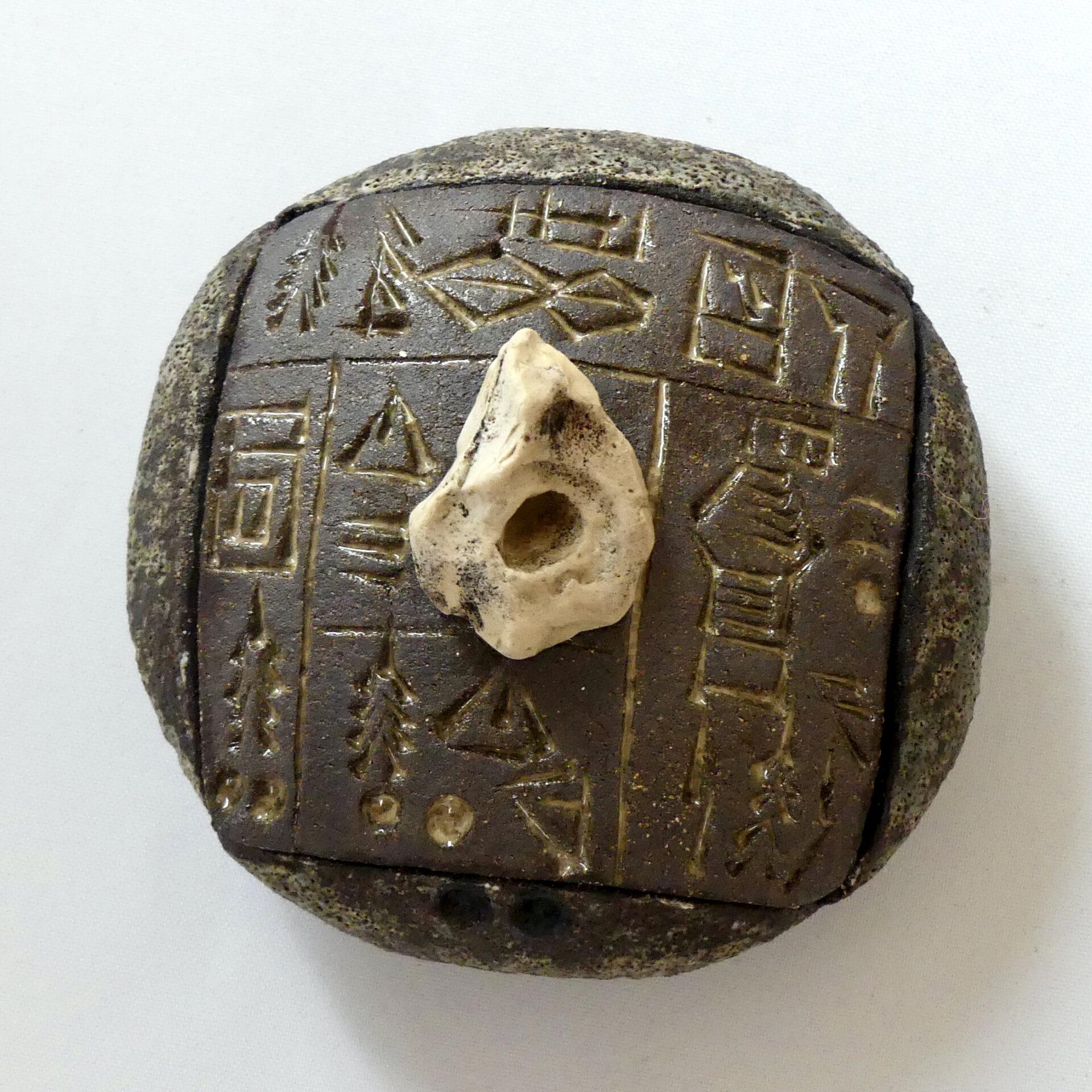 Céramique écritures anciennes petite boîte ronde