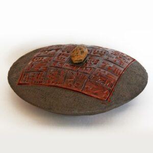 Boîte disque écritures cunéiformes caillou